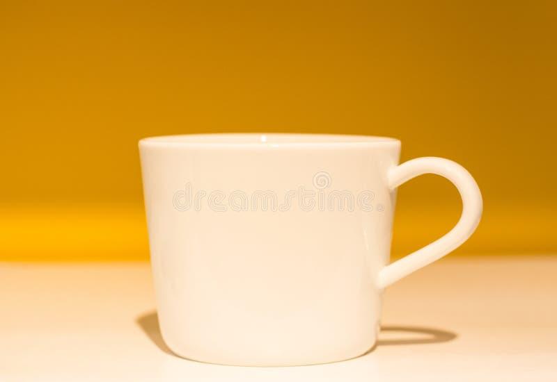 Biała filiżanka dla herbaty na pięknym tle, zakończenie zdjęcia royalty free