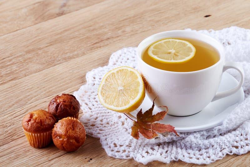 Biała filiżanka herbata z ciastkami na drewnianego tła białej filiżance herbata z ciastkami na drewnianym tle kosmos kopii obrazy stock