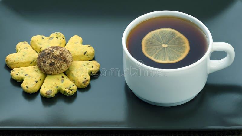 Biała filiżanka herbaty z cytryną i herbatnikami obraz stock