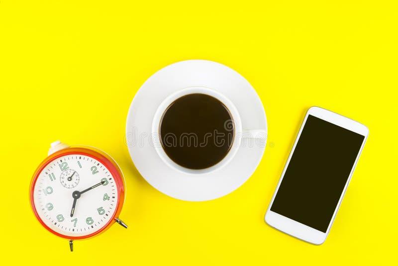 Biała filiżanka kawa espresso, Czarny pusty ekran mobilny mądrze ph zdjęcia royalty free