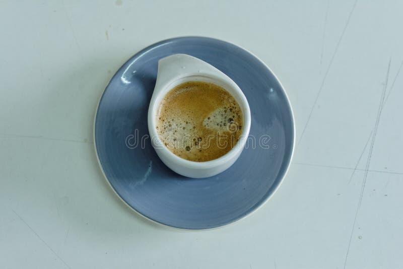 Biała filiżanka kawy w ranku zdjęcia royalty free