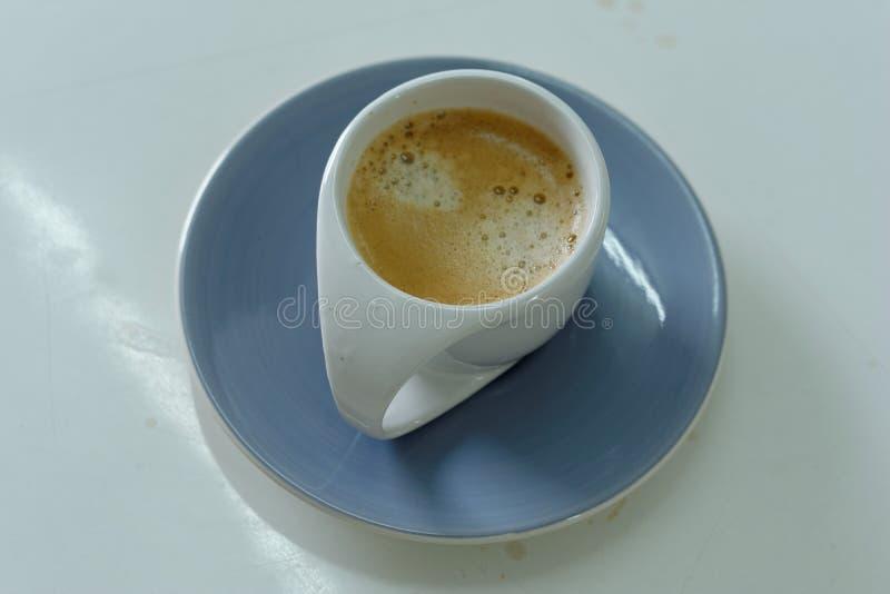 Biała filiżanka kawy w ranku fotografia stock