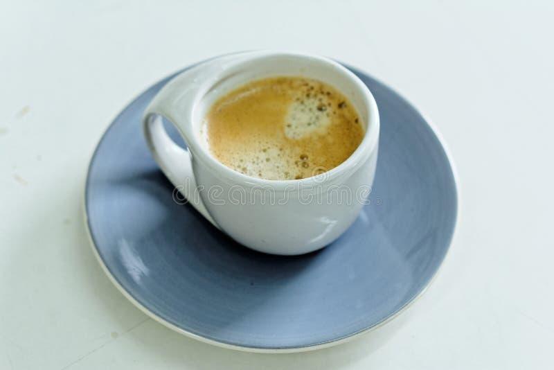 Biała filiżanka kawy w ranku zdjęcia stock