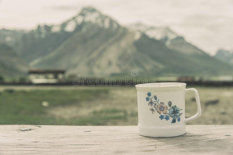 Download Biała Filiżanka Z śnieżną Górą Obraz Stock - Obraz złożonej z himalaje, kawa: 57672387