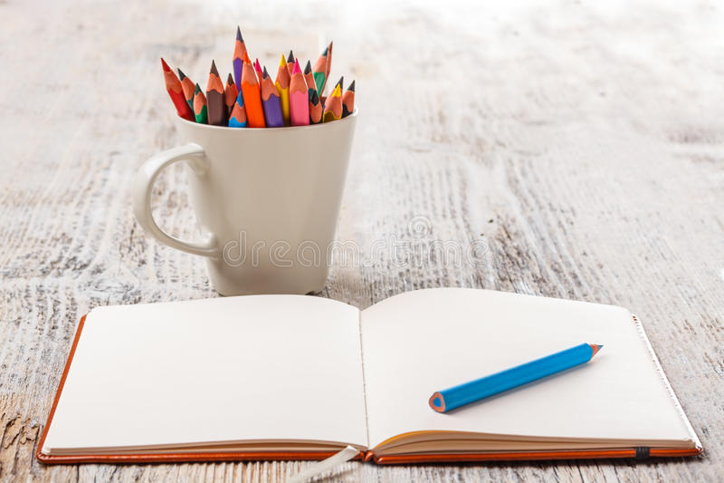 Kolorowi ołówki i notatnik fotografia royalty free