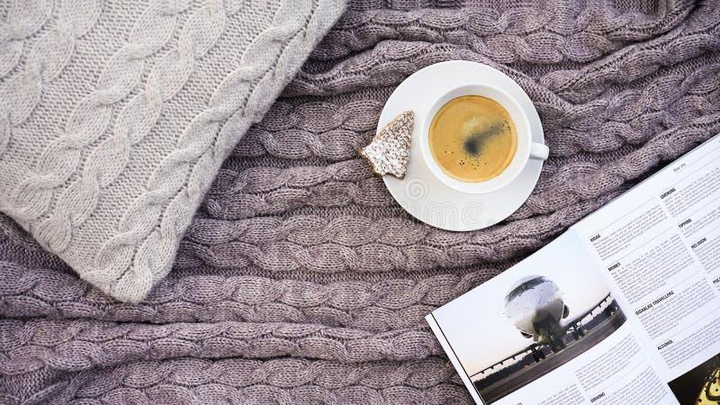 Biała filiżanki kawa z ciastkiem w formularzowym jodły i bielu telefonie kwitnie fotografia stock