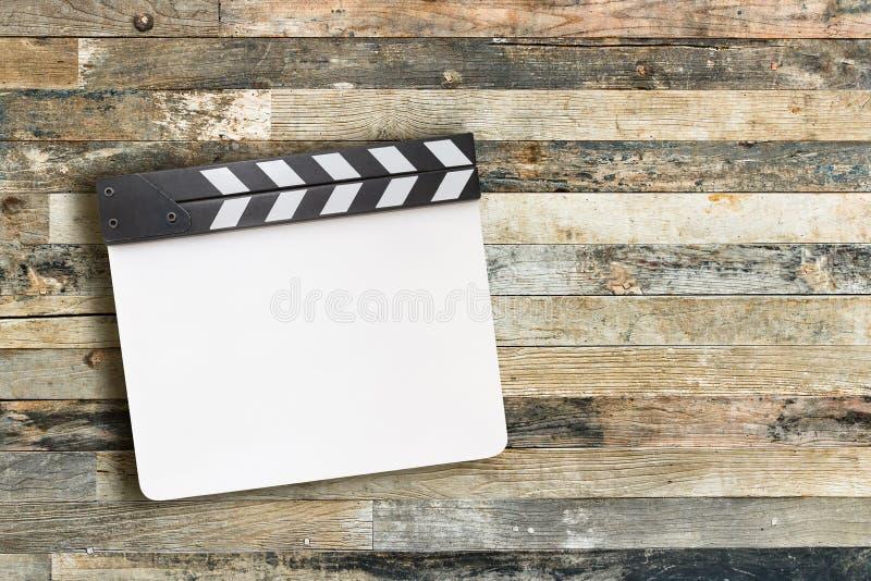 Biała filmu clapper deska na drewnianym tle zdjęcie stock