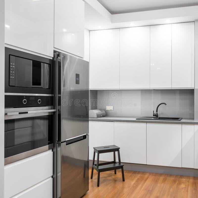 Biała glosy kuchnia obrazy stock