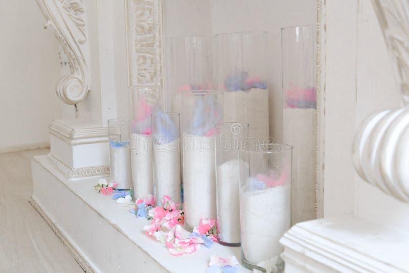 Biała graba dekoruje z świeczkami i kwiatami zdjęcia stock