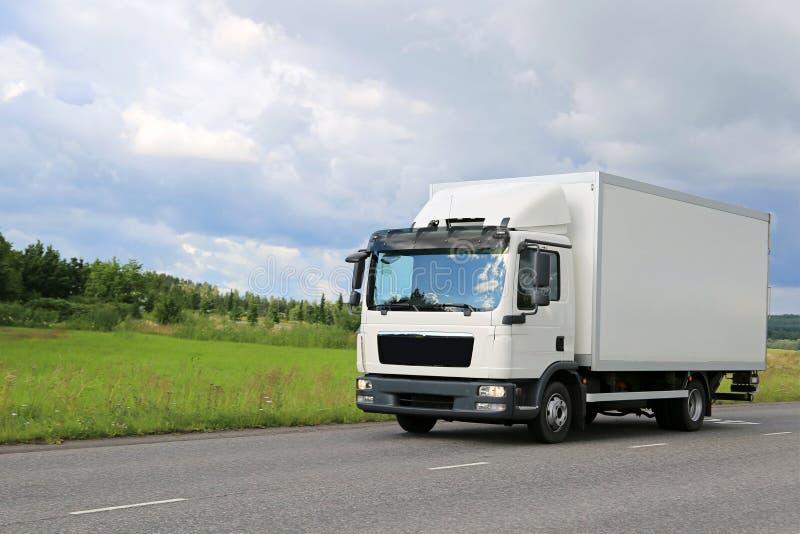 Biała Handlowa Doręczeniowa ciężarówka na drodze zdjęcie stock