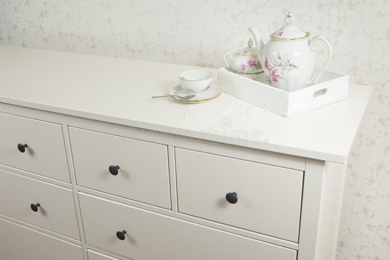 Biała herbaciana usługa na białej komódce na tacy gotowy do użycia obraz stock