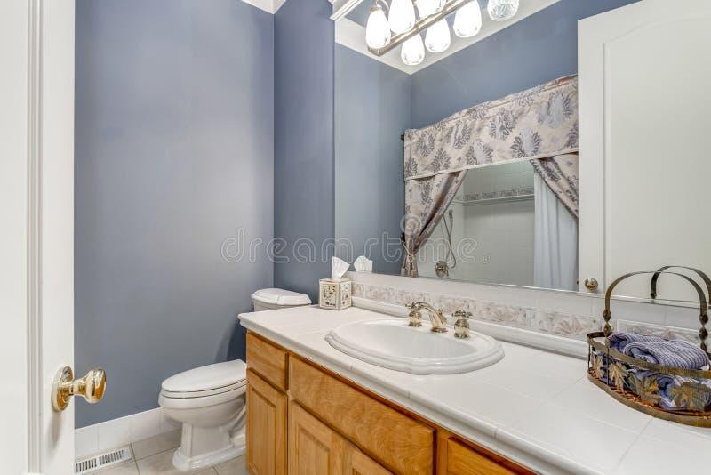 Biała i błękitna łazienka w luksusowym dom na wsi zdjęcie royalty free