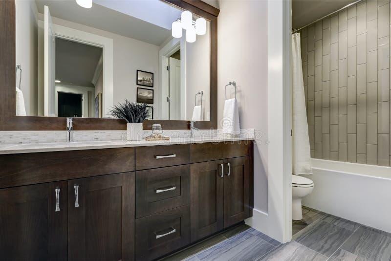 Biała i brown łazienka szczyci się kącika wypełniającego z dwoistą bezcelowością zdjęcia royalty free