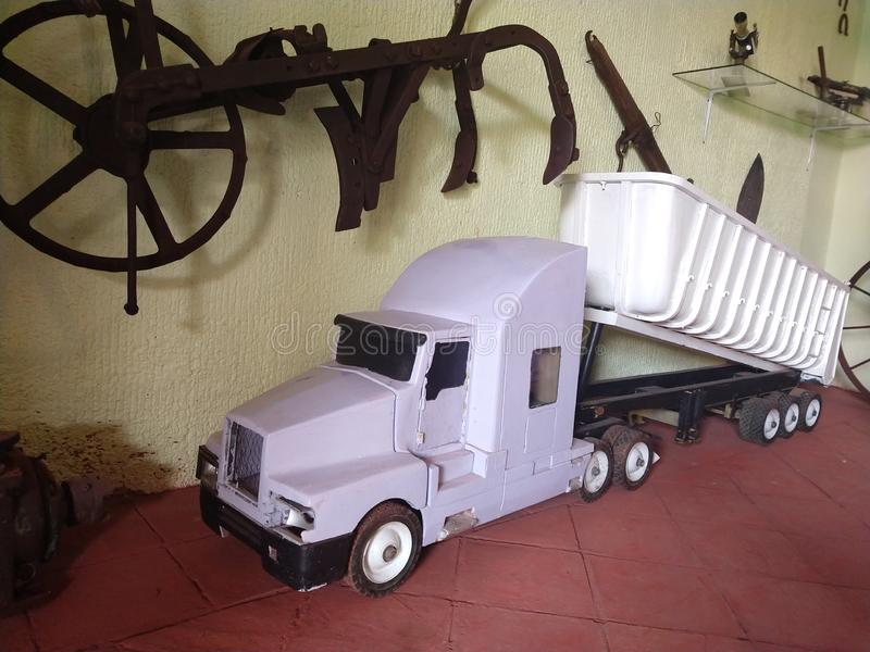 Biała i duża zabawkarska usyp ciężarówka obrazy royalty free