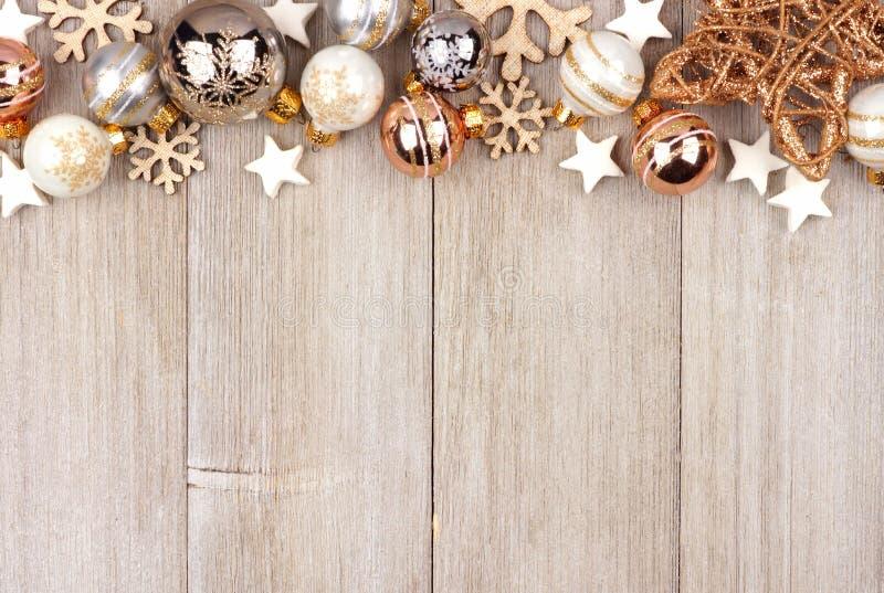Biała i złocista boże narodzenie ornamentu wierzchołka granica na drewnie obrazy stock