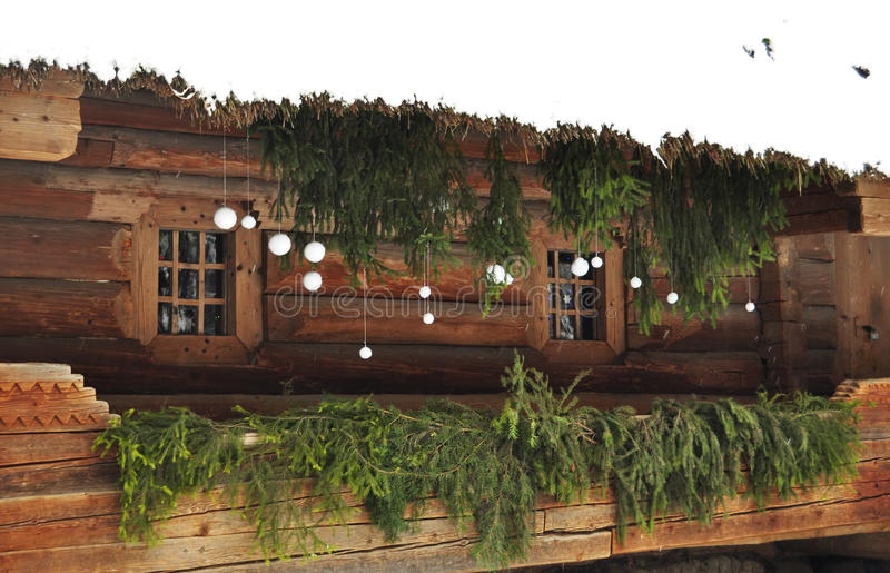 Biała i zielona wakacyjna dekoracja na ganeczku stara beli chałupa z z bliska zdjęcia stock