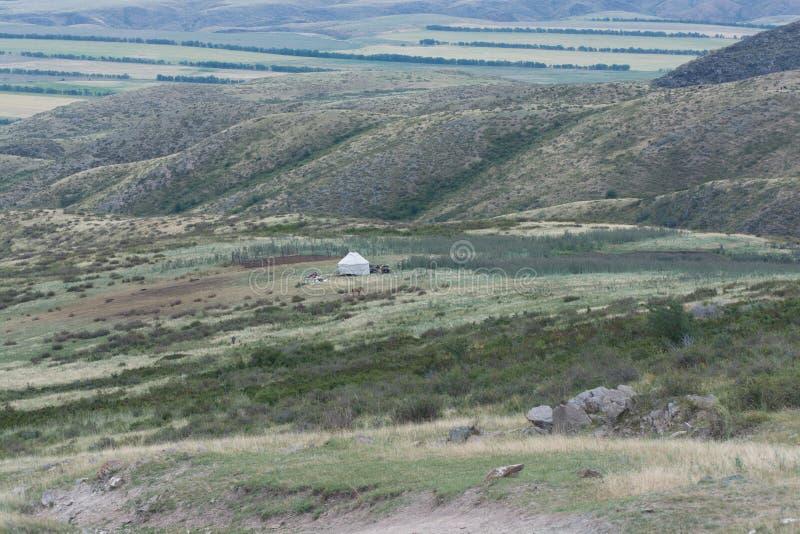 Biała jurta na wzgórzu Ogromna przestrzeń Góry swathed w chmurach obrazy stock