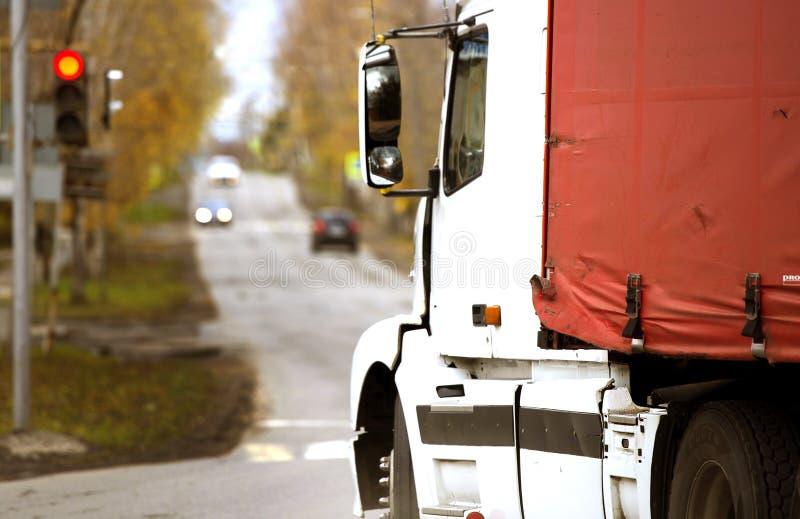 Biała kabina, czerwieni ciężarowa markiza, stary Samochód dostawczy Markiza obrazy royalty free