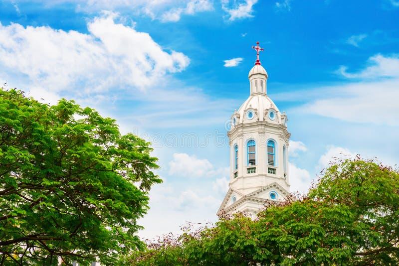 Biała kościelna iglica na błękitnym chmurnym tle fotografia stock