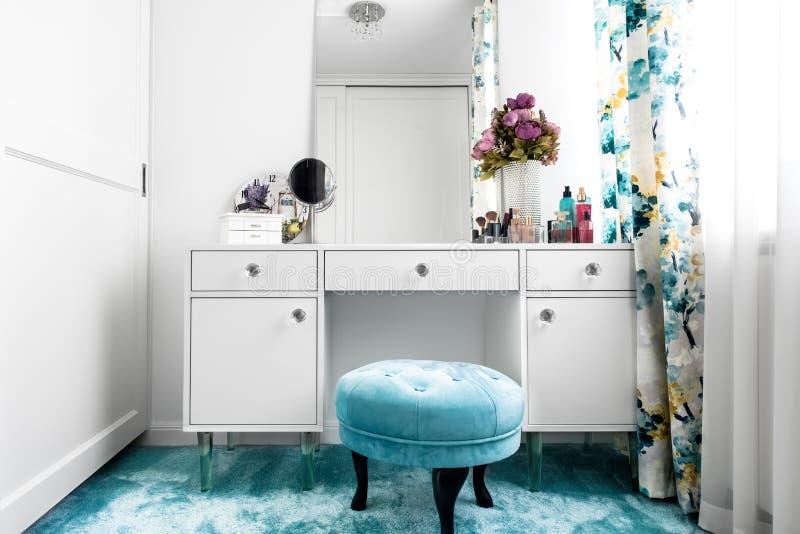 biała, kobieca przebieralnia z minimalistycznym bezcelowość stołem, i lustro fotografia stock