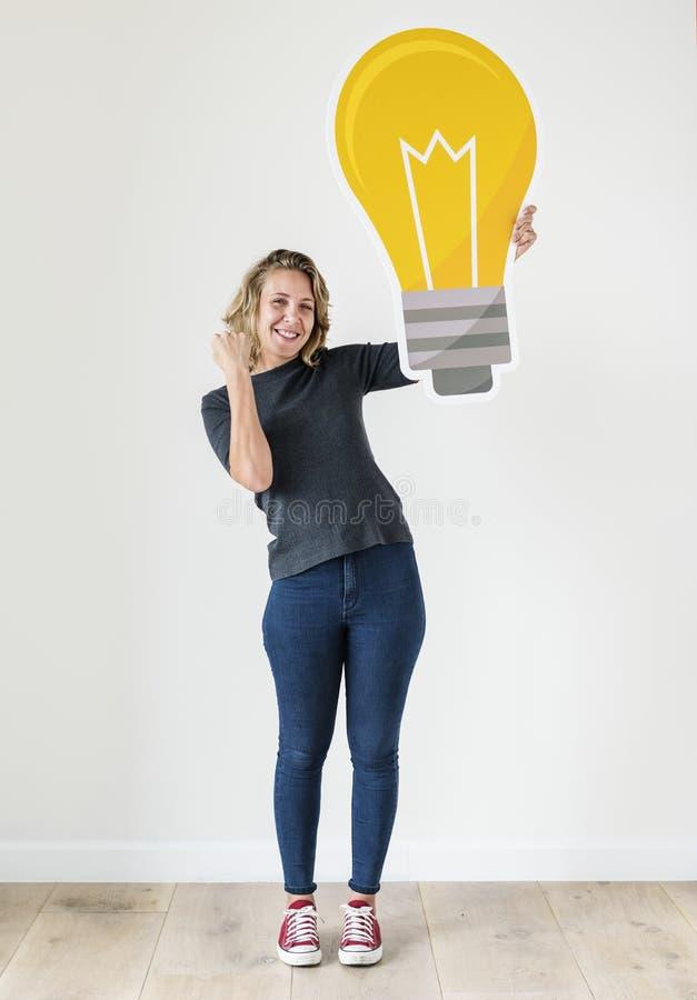 Biała kobieta z lightbulb ikoną odizolowywającą na tle obrazy stock