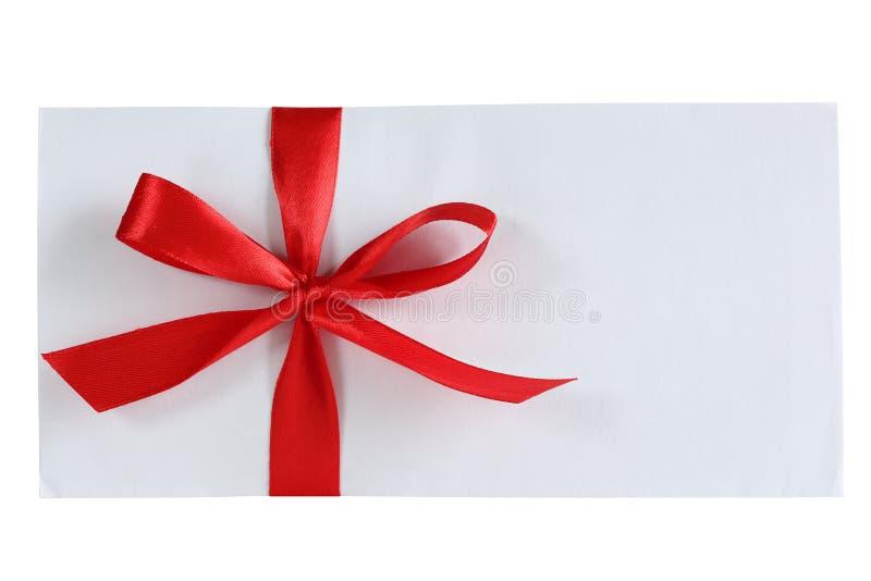Biała koperta z czerwonym łękiem zdjęcia stock