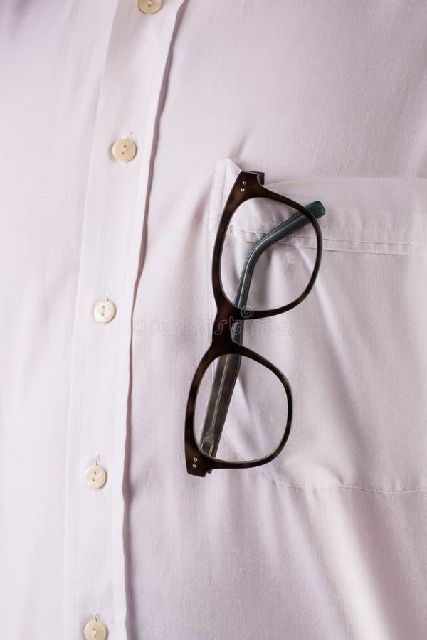 Biała koszula z okularami przeciwsłonecznymi zdjęcia stock