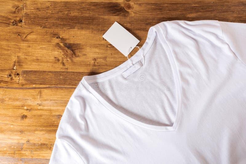 Biała koszulka na drewnianym tle fotografia royalty free