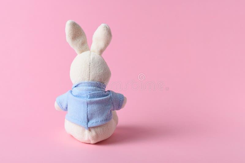 Biała królik lala na różowym tle Minimalny pojęcie obraz royalty free