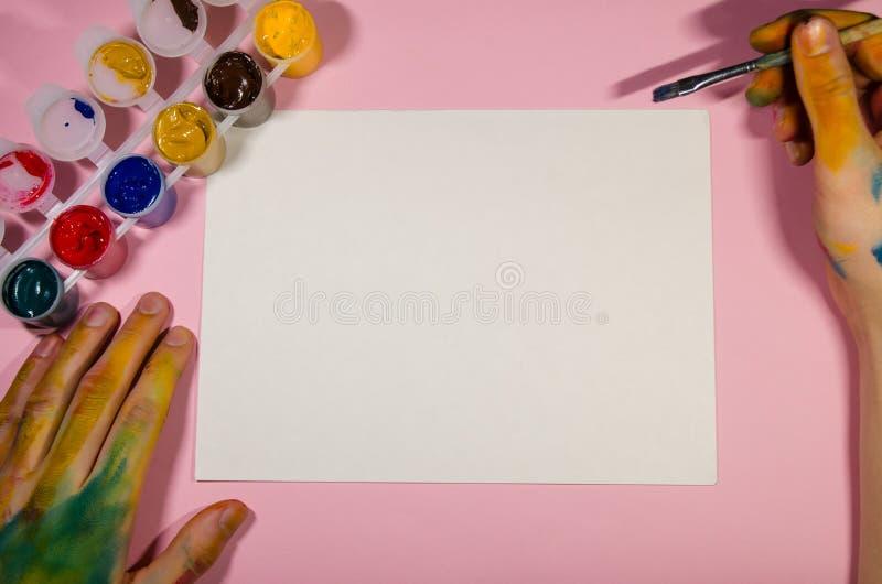 Biała księga dla rysować i malarza ręk zdjęcie stock