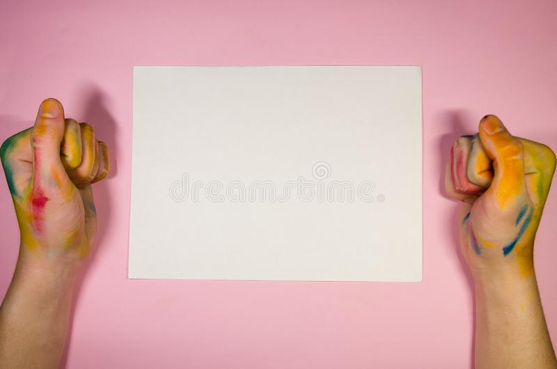 Biała księga dla rysować z malarz rękami obraz stock