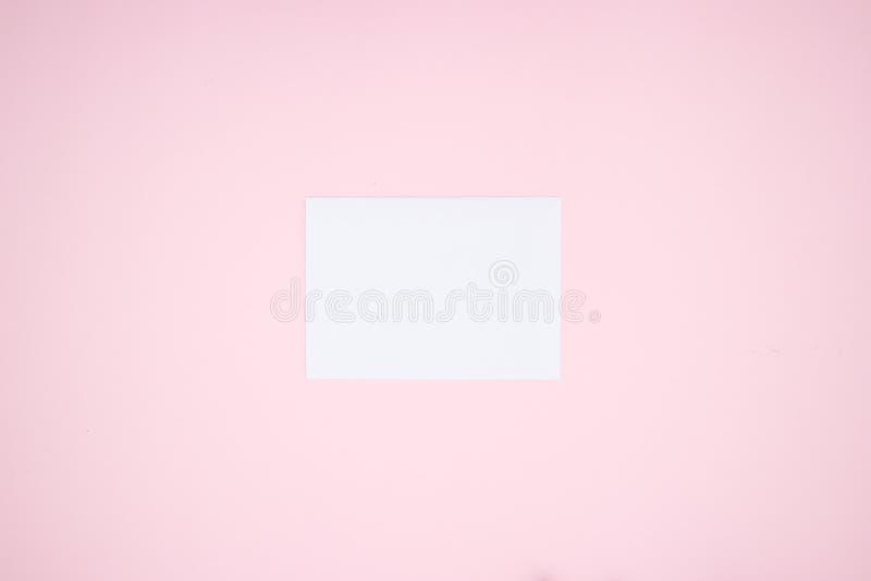 Biała księga na różowym tle zdjęcie stock