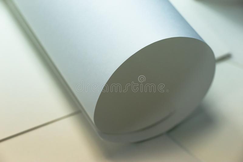 Biała księga, stronniczo staczająca się w górę, w górę Papierowy tło, tekstura papier zdjęcie royalty free
