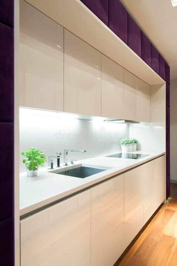 Biała kuchnia z purpurowymi elementami obrazy stock