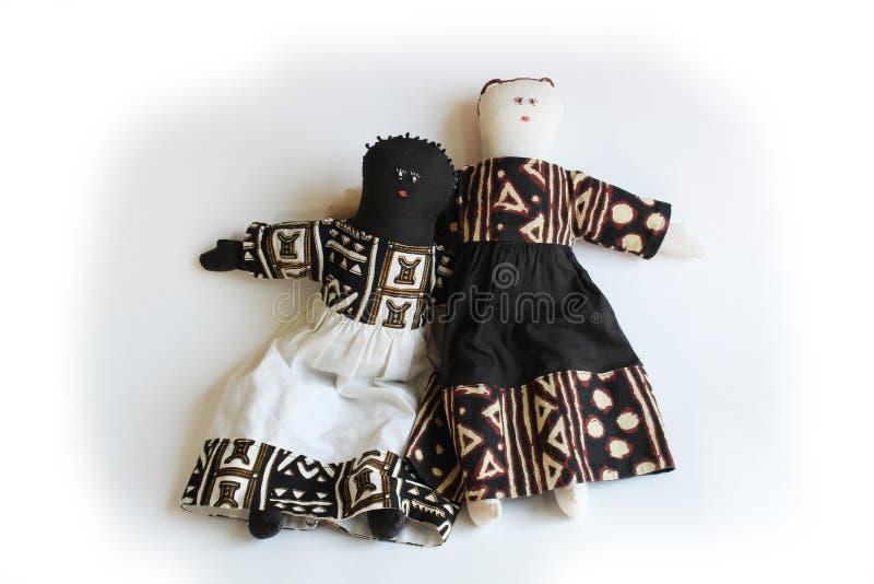 Biała lala z ręką nad ramieniem czarny lali pojęcia włączenie zdjęcie stock