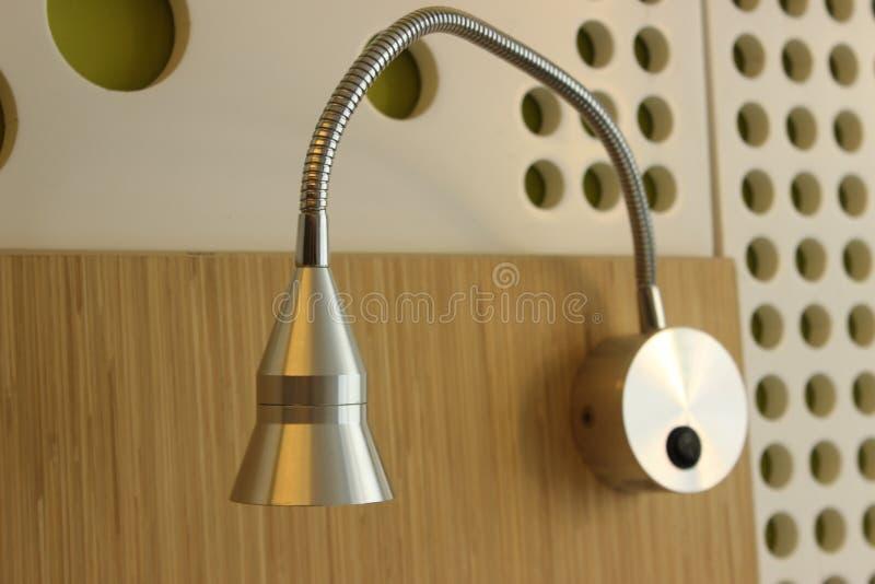 Biała lampa na krakingowej ścianie zdjęcie stock