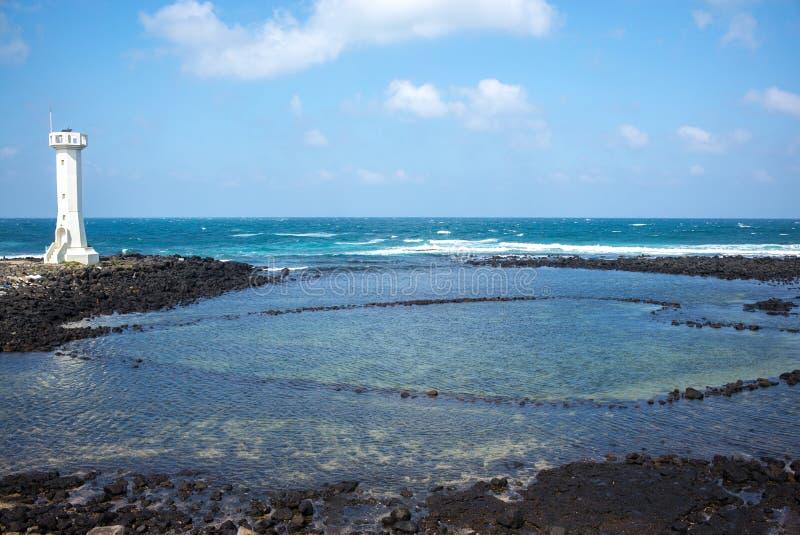 Biała latarnia morska w Udo wyspy krowy wyspie zdjęcia stock