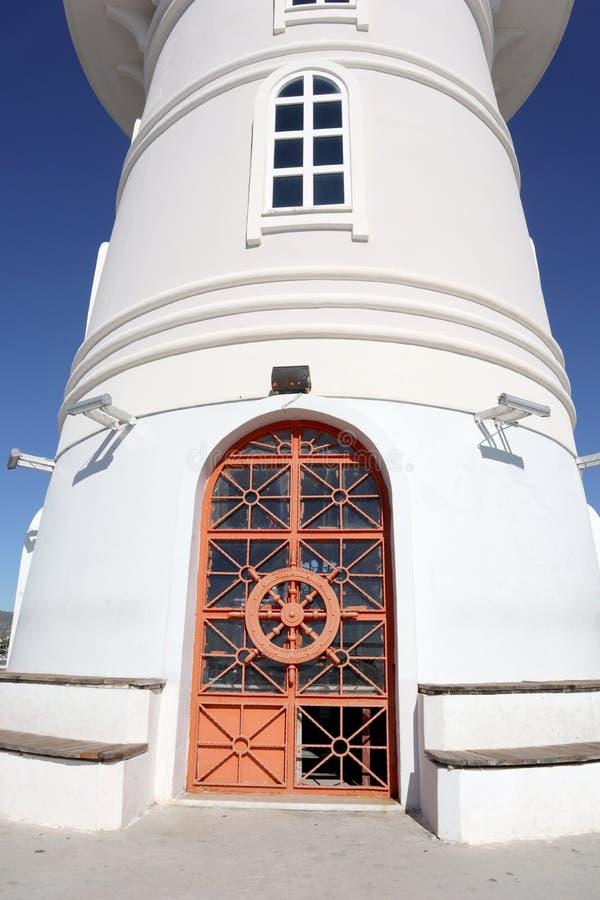 Biała latarnia morska z starym dużym drzwi na słonecznym dniu w porcie Alanya zdjęcia stock