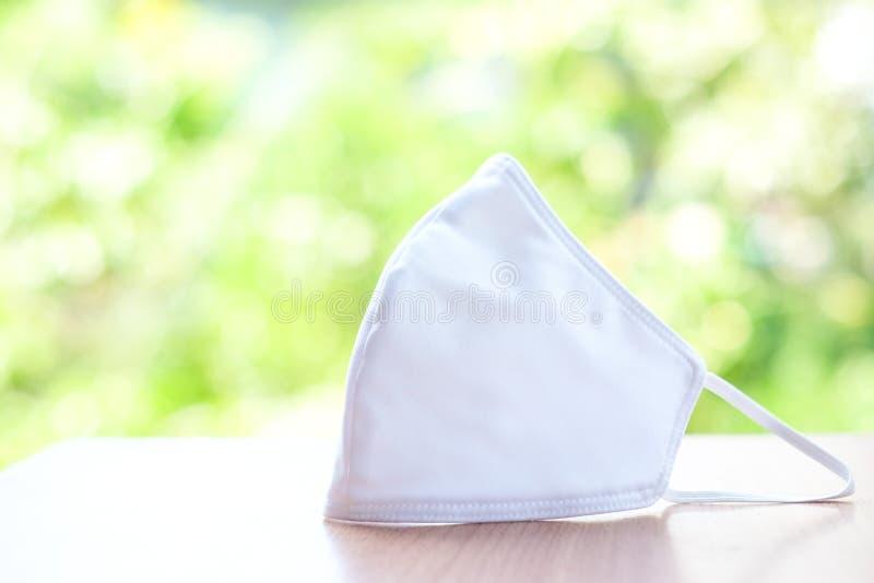 Biała maska ścierna izolowana na tle naturalnym - zapobiegająca pyłu PM 2 5 choroba Coronavirus lub COVID-19 zdjęcia royalty free
