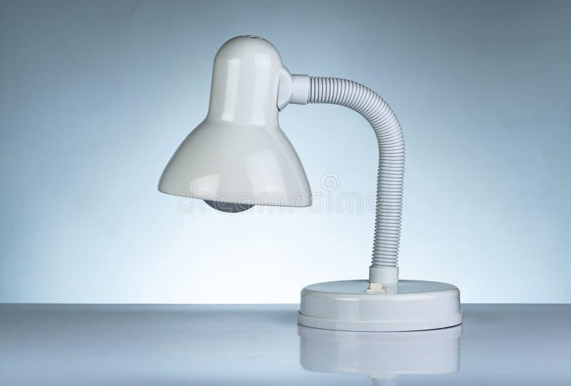 Biała nowożytna stołowa lampa odizolowywająca na bielu stole na gradientowym tle Biurko lampa dla czyta? ksi??k? w dormitorium po zdjęcie stock