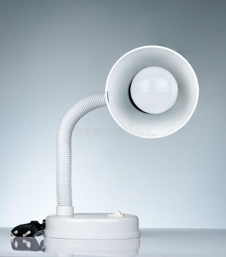 Biała nowożytna stołowa lampa odizolowywająca na bielu stole na gradientowym tle Biurko lampa dla czyta? ksi??k? w dormitorium po obraz royalty free