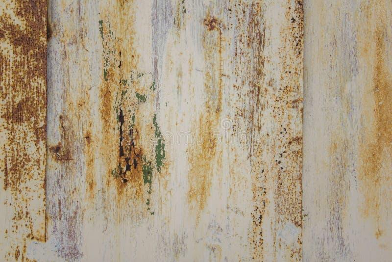 Biała obieranie metalu ściana z narysami i plamy brąz rdzewiejemy farbę i zieleniejemy Szorstkiej powierzchni tekstura fotografia stock