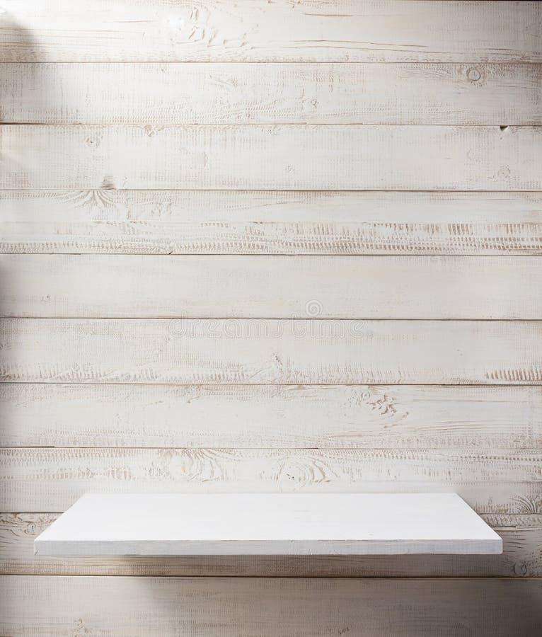 biała półka na drewnianym ściennym tle zdjęcia stock