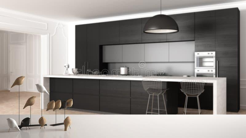 Biała półka z minimalistic ptasim ornamentem lub, ptaszyna drobiażdżek nad nowożytną kuchnią w klasycznym mieszkaniu, gabinety, fotografia royalty free
