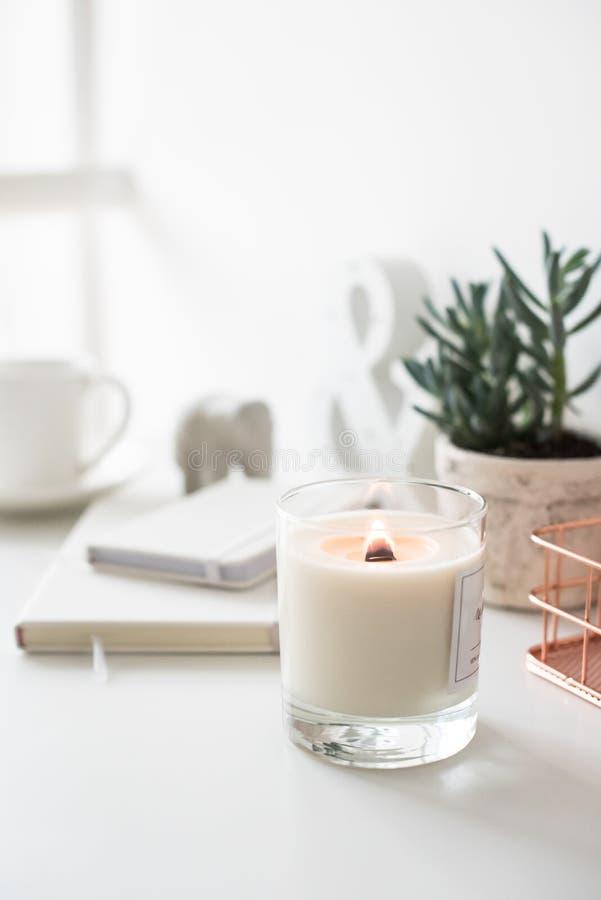 Biała płonąca świeczka na stole, dom wewnętrzne dekoracje obraz stock