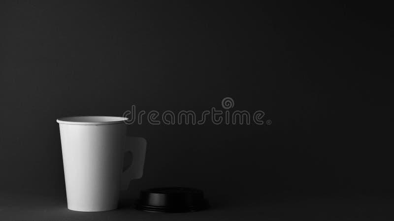 Biała papierowa filiżanka kawy. - zamknij obrazy royalty free