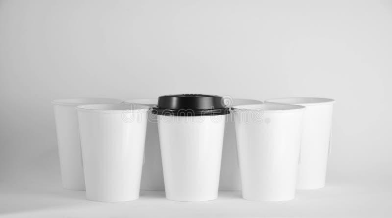 Biała papierowa filiżanka kawy. - zamknij obraz stock