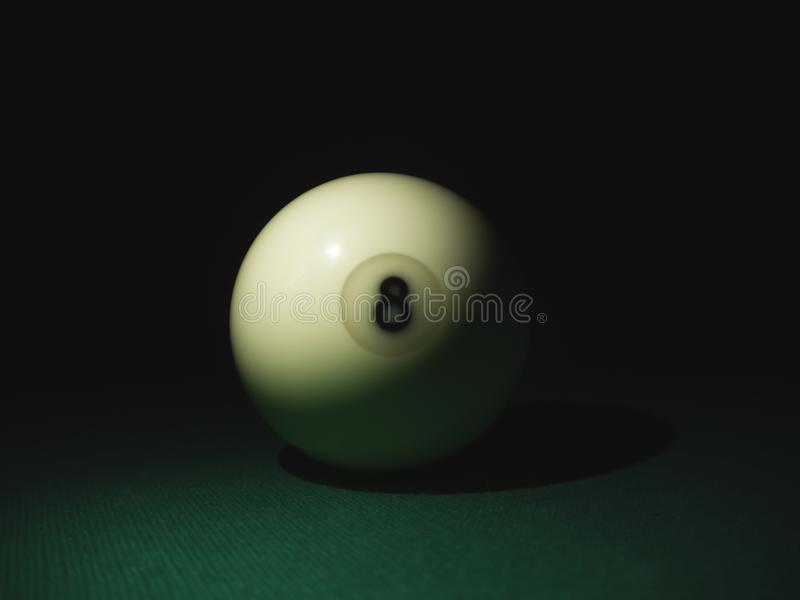 Biała piłka liczba 8 od rosyjskiego bilardowego ostrosłupa w zmroku obrazy stock