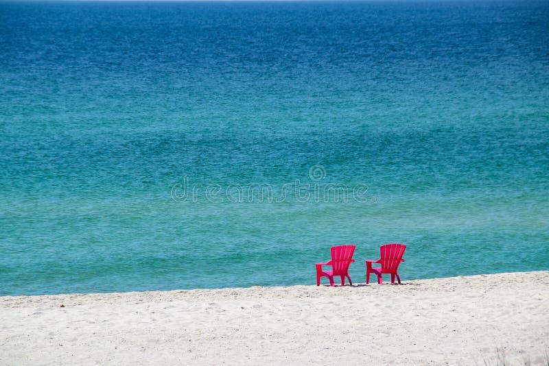 Biała piasek plaża z krzesłami obraz royalty free
