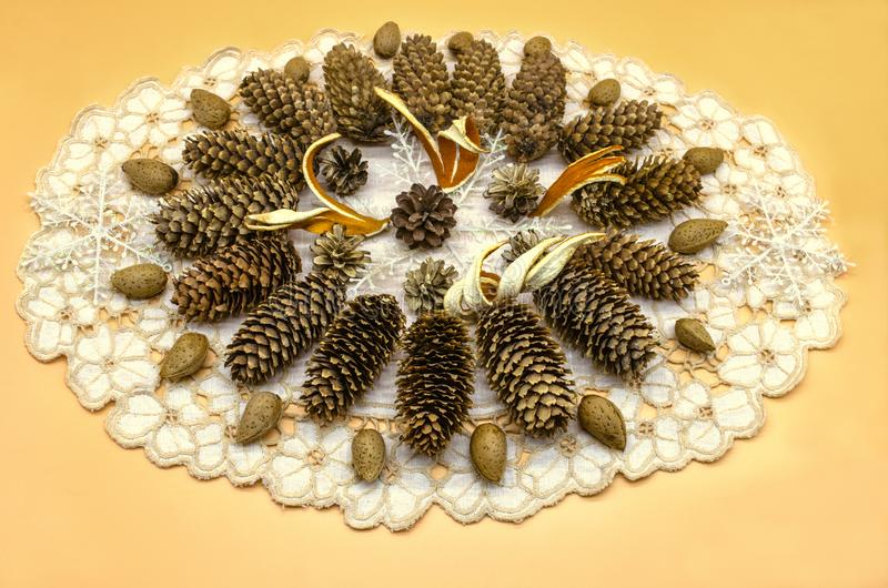 Biała pielucha na żółtym tle z owalną ramą z wzorem rożki różni trakeny, płatek śniegu, pomarańczowa łupa i al, zdjęcia stock